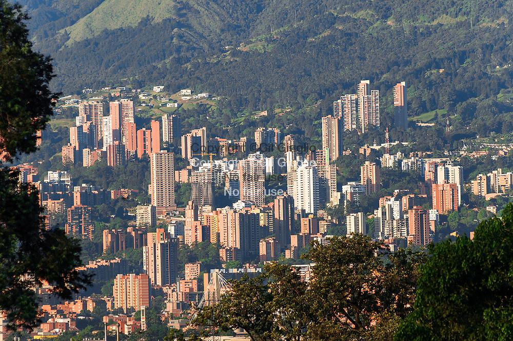 Colombie, Antioquia, Medellin, vue depuis cimetière Montesacro sur commune d'Itagui en banlieue // Colombia, Antioquia  Medellin,  view from Montesacro cemetery on Itagui suburb
