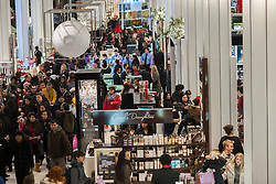 29.11.2013, Macy Herald Square, New York, USA, Black Friday, Black Friday wird in den USA der Freitag nach Thanksgiving genannt. Die Geschaefte oeffnen in den fruehen Morgenstunden und locken mit Sonderangeboten, Rabatten und Werbegeschenken, im Bild Shopper, der Macy Herald Square Flagship-Store, New York auf der Suche nach Schnäppchen // Shoppers, the Macy's Herald Square flagship store, New York, United States of Amerika on 2013/11/29. EXPA Pictures © 2013, PhotoCredit: EXPA/ Photoshot/ RICHARD B. LEVINE<br /> <br /> *****ATTENTION - for AUT, SLO, CRO, SRB, BIH, MAZ only*****