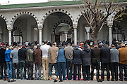 Salafi pray in the street outside the Salafi mosque El Fath in Tunis..Prière de rue a l'extérieur du mosquée salafiste El Fath, Tunis