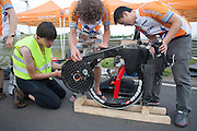 Het technisch team werkt aan de aandrijving van de VeloX2. HPT Delft en Amsterdam is in Senftenberg voor de recordpogingen op de Dekra baan.<br />