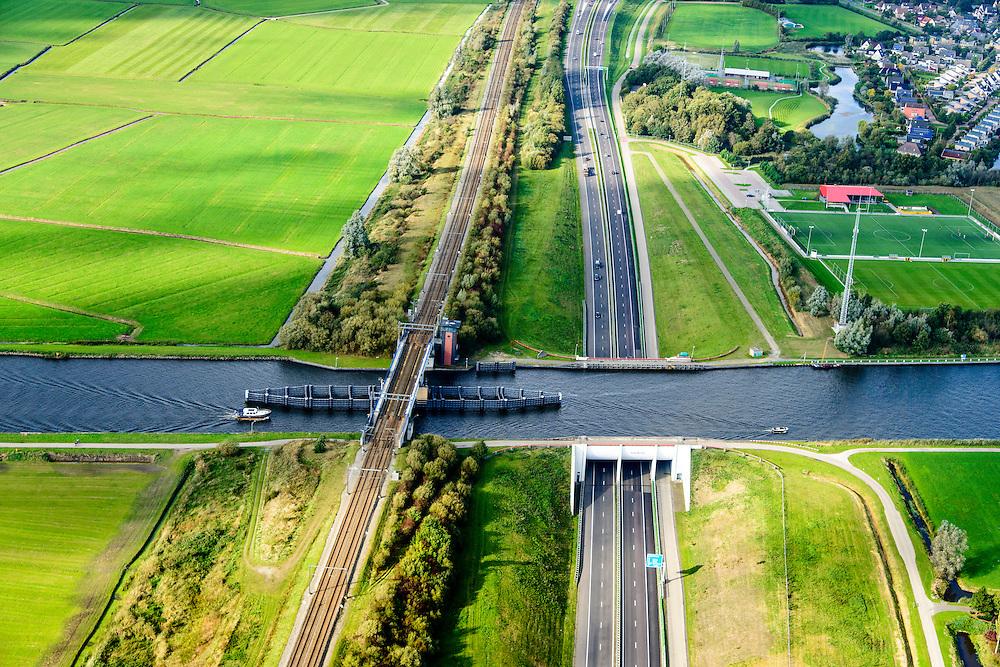 Nederland, Friesland, Gemeente Leeuwarden, 10-10-2014; Grouw (Grou), Aquaduct Midden-Friesland (Akwadukt Mid-Fryslan), aquaduct in het Prinses Margrietkanaal en autosnelweg A32.<br /> Aqueduct Middle Friesland (Akwadukt Mid-Fryslân) aqueduct in the Princess Margriet Canal.<br /> luchtfoto (toeslag op standard tarieven);<br /> aerial photo (additional fee required);<br /> copyright foto/photo Siebe Swart