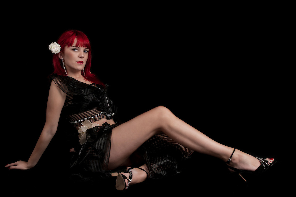 Sensual redhair woman seated in the floor with very sensual pose.