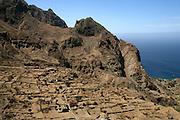 """No acidentado caminho que os pastores usavam de Nova Sintra para a Faj"""" da ¡gua passa-se pela aldeia de Lavadura, com os seus muros de pedra e os montes circundantes a fazerem lembrar Machu Pichu."""