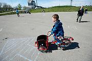 Een jongetje rijdt op een bakfiets voor kinderen. In Nijmegen vindt voor de vierde keer het internationale bakfietstreffen aan. Tijdens het tweedaags evenement wisselen bedrijven en bakfietsers ervaringen uit. Bakfietsen worden in heel Europa steeds vaker ingezet, zowel door particulieren als bedrijven. Het is een duurzame vorm van transport en biedt veel voordelen.<br /> <br /> In Nijmegen for the third time the International Cargo Bike Festival is hold. The two-day event focuses on the use and users of cargobikes. Cargo bikes are increasingly being deployed across Europe, both individuals and businesses. It is a sustainable form of transport and offers many advantages.