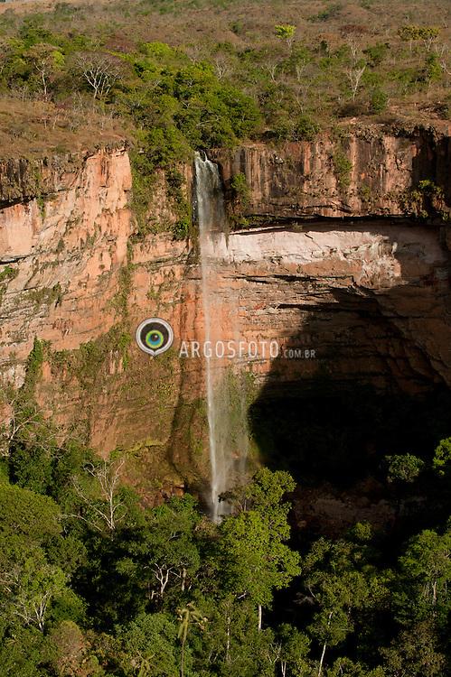 Cachoeira Veu de Noiva esta localizada dentro do Parque Nacional da Chapada dos Guimaraes a 12 km do centro da cidade da Chapada dos Guimaraes no estado brasileiro de Mato Grosso, formada pelo Rio Caxipo, tem 86m de queda livre que as vezes exibe o formato de um veu de noiva./ Veu de Noiva Falls is located within the National Park of Chapada dos Guimaraes, 12 km from the city center of Chapada dos Guimaraes in the Brazilian state of Mato Grosso, is formed by the river Caxipo and has 86m free fall that sometimes displays the format a bridal veil.