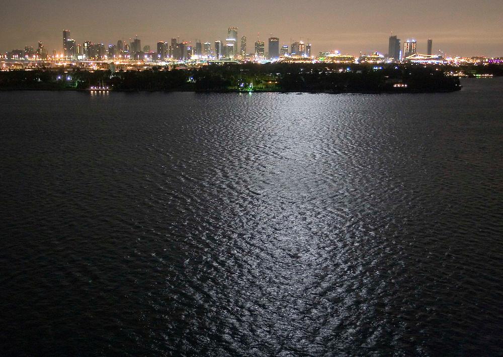 La bahía y la ciudad de Miami, de noche, vistas desde Miami Beach.