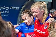 Den Bosch - Den Bosch - SCHC  Dames, Halve Finale  Playoffs, Tweede wedstrijd, Hoofdklasse Hockey Dames, Seizoen 2017-2018, 05-05-2018, Den Bosch - SCHC 4-2,  balende keeper Maddie Hinch (SCHC) en Caia van Maasaker (SCHC)<br /> <br /> (c) Willem Vernes Fotografie