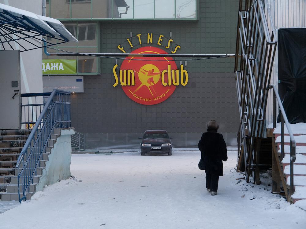 Strassenszene vor dem oertlichen Fitness Klub in der Innenstadt von Jakutsk. Jakutsk wurde 1632 gegruendet und feierte 2007 sein 375 jaehriges Bestehen. Jakutsk ist im Winter eine der kaeltesten Grossstaedte weltweit mit durchschnittlichen Winter Temperaturen von -40.9 Grad Celsius. Die Stadt ist nicht weit entfernt von Oimjakon, dem Kaeltepol der bewohnten Gebiete der Erde.<br /> <br /> Street scene in front of the local fitness club in the city center of Yakutsk. Yakutsk was founded in 1632 and celebrated 2007 the 375th anniversary - billboard announcing the celebration. Yakutsk is a city in the Russian Far East, located about 4 degrees (450 km) below the Arctic Circle. It is the capital of the Sakha (Yakutia) Republic (formerly the Yakut Autonomous Soviet Socialist Republic), Russia and a major port on the Lena River. Yakutsk is one of the coldest cities on earth, with winter temperatures averaging -40.9 degrees Celsius.
