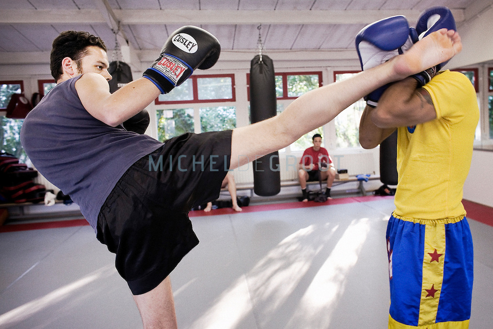 Armando Batja tijdens zijn Muay Thai (Thaiboxen) training op May 3, 2007 in Groningen, The Netherlands. (Photo by Michel de Groot)