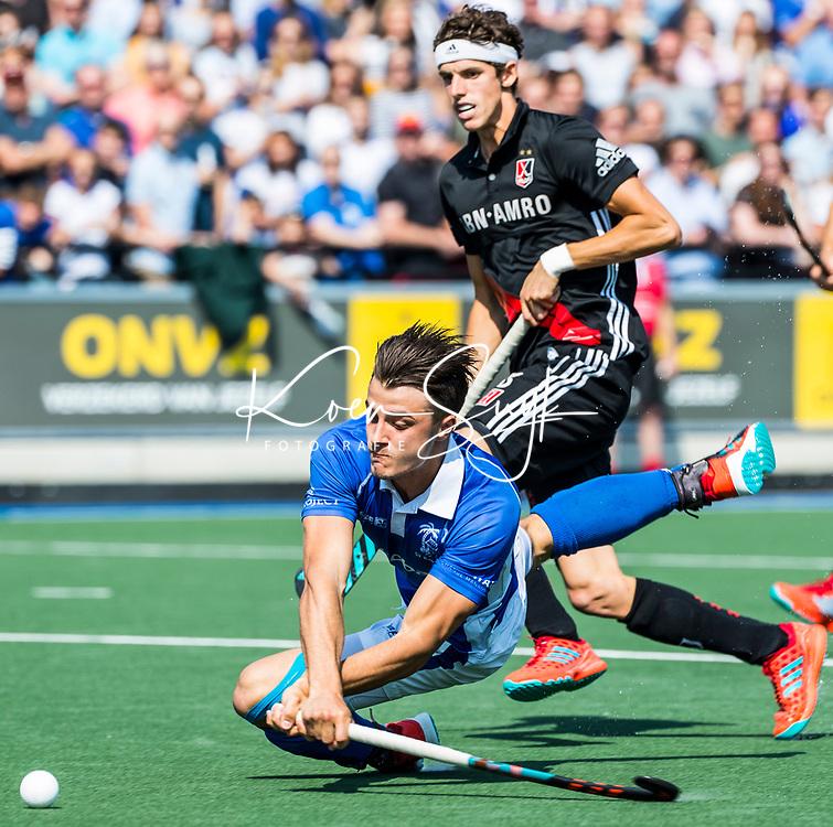 UTRECHT -  Jasper Luijkx (Kampong)   tijdens   de finale van de play-offs om de landtitel tussen de heren van Kampong en Amsterdam (3-1). met Johannes Mooij (A'dam) . Kampong kampong kampioen van Nederland. COPYRIGHT  KOEN SUYK