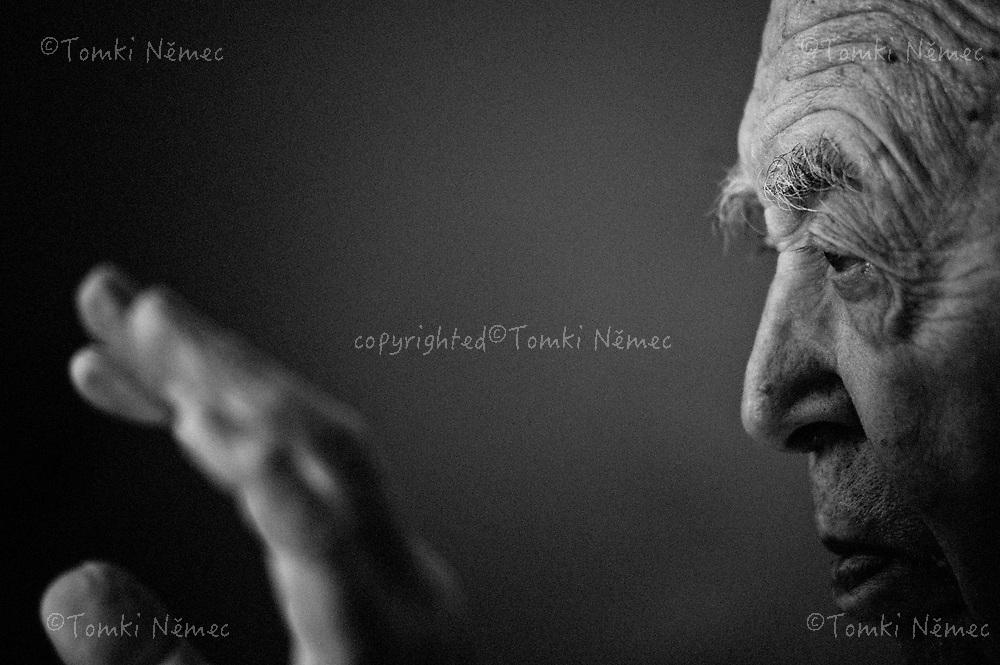 Prof. MUDr. Karel Lewit, DrSc.zakladatel rehabilitace u nás profesor Karel Lewit. Cilý neurolog i ortoped, stále jeste dvakrát týdne  ordinuje, ridi automobil, cestuje po Evrope a lyzuje.(v roce 2009 mu bylo 92 let)
