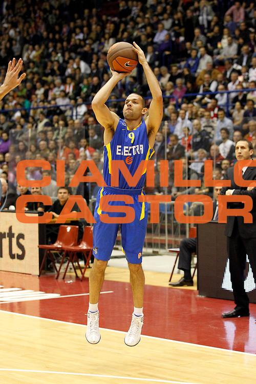 DESCRIZIONE : Milano Eurolega 2011-12 EA7 Emporio Armani Milano Maccabi Electra Tel Aviv<br /> GIOCATORE : Jordan Farmar<br /> CATEGORIA : Tiro Three Points<br /> SQUADRA : Maccabi Electra Tel Aviv<br /> EVENTO : Eurolega 2011-2012<br /> GARA : EA7 Emporio Armani Milano Maccabi Electra Tel Aviv<br /> DATA : 20/10/2011<br /> SPORT : Pallacanestro <br /> AUTORE : Agenzia Ciamillo-Castoria/G.Cottini<br /> Galleria : Eurolega 2011-2012<br /> Fotonotizia : Milano Eurolega 2011-12 EA7 Emporio Armani Milano Maccabi Electra Tel Aviv<br /> Predefinita :