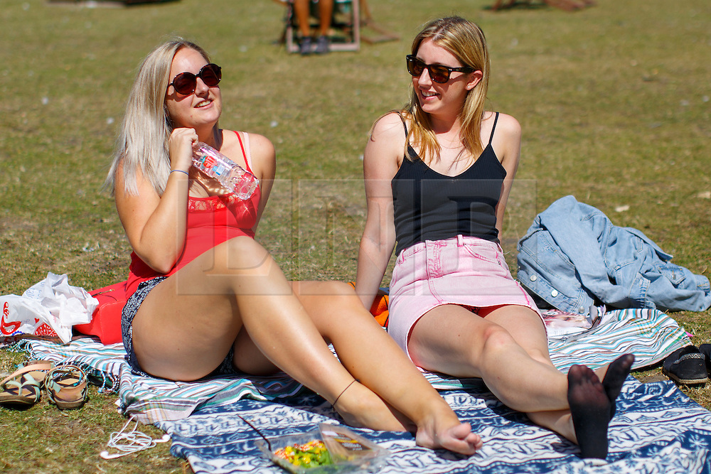© Licensed to London News Pictures. 15/08/2016. London, UK. Shona Gerrie and Robyn Halliday enjoy hot weather and sunshine in Regent's Park, London on Monday, 15 August 2016. Photo credit: Tolga Akmen/LNP