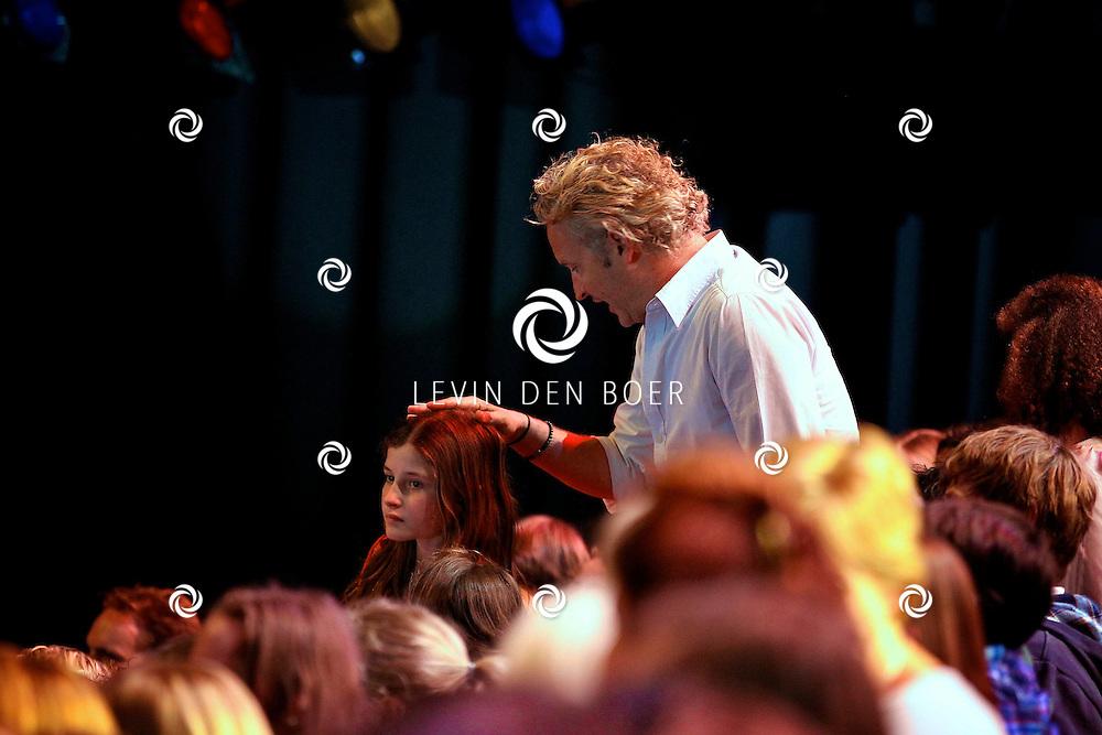 HILVERSUM - In studio 22 is de 2e liveshows begonnen van Hollands Got Talent.  Met op de foto Erland Galjaard op de tribune spreken met een meisje. FOTO LEVIN DEN BOER - PERSFOTO.NU