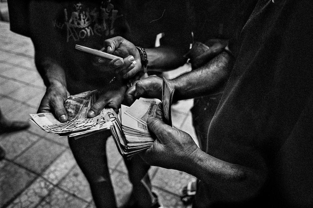 Brazil, Oiapoque, Amapa.   <br />  <br /> Depuis 2007 quelques bureaux de change officiels ont ouvert leurs portes, mais ici, les euros et les <br /> reais se troquent dans la rue &agrave; un taux fluctuant en fonction de l&rsquo;affluence. Le week-end le real vaut plus cher qu&rsquo;en semaine.