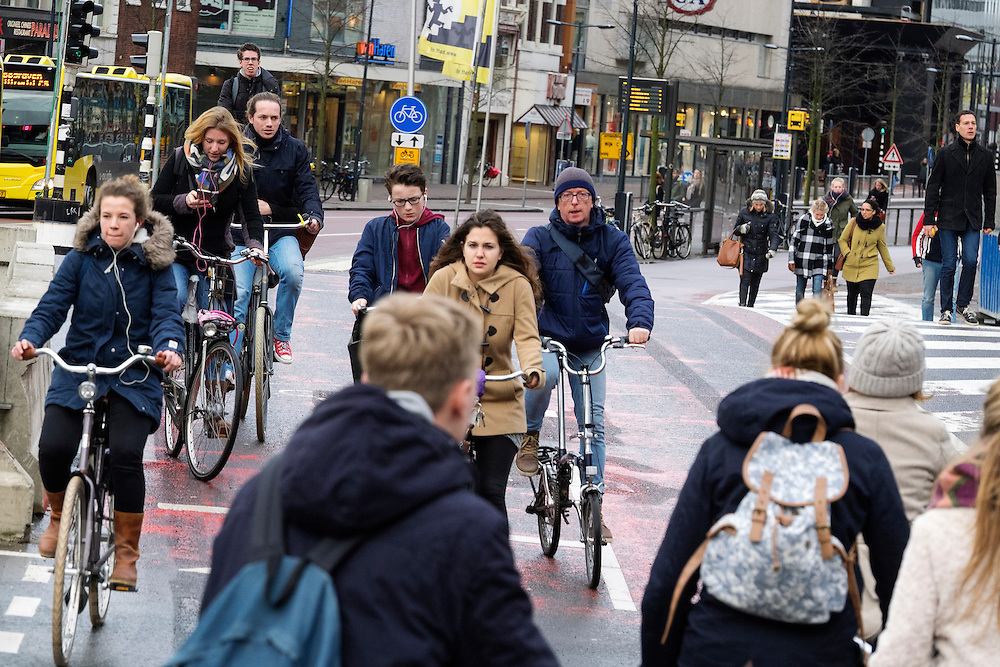 Een wirwar van fietsers rijden bij het Smakkelaarsveld in Utrecht. Het punt is een van de drukste fietsroutes van Nederland, duizenden fietsers passeren de kruisingen.<br /> <br /> A tangle of cyclists riding at Smakkelaarsveld in Utrecht. The point is one of the busiest cycle routes in the Netherlands, thousands of cyclists passing through the intersections.