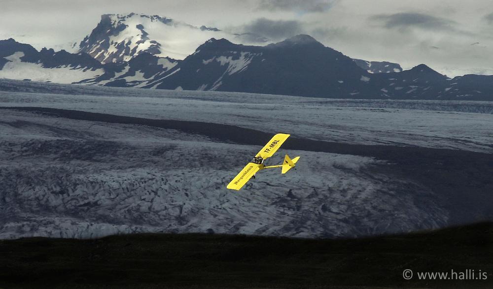 Á flugi við fjallsjökul í öræfum. ..The Airplane TF-MBL flying near Fjallsjokull