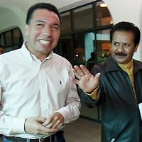 TOLUCA, México.- Luis Sánchez Jiménez, líder del PRD en el Estado de México y el Diputado Local Arturo Piña durante la reunión de militantes de diversas corrientes del Partido de la Revolución Democrática y del Partido Convergencia, provenientes de los 125 municipios mexiquenses en donde se firmo un documento que integra diez compromisos que asumirán para lograr una alianza bajo objetivos bien planeados, aplicándolo al interior del perredismo mexiquense. Agencia MVT / Crisanta Espinosa. (DIGITAL)
