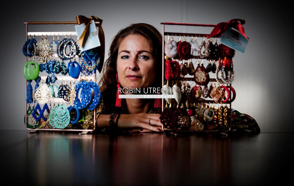 DEN HAAG - De Haagse Michelle de Hoogh begon als hobby sieraden te ontwerpen op zolder. Haar bedrijf Micy's is een doorslaand succes en moest van het warenhuis Macy's zelfs de naam veranderen, omdat het te veel op hun naam leek. Nu heet de firma Miccy's en breidt ze uit naar Dubai. Onder meer Koningin Maxima en Doutzen dragen haar sieraden. COPYRIGHT ROBIN UTRECHT