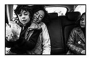 Yasmine Kherbache en haar kinderen op zondagochtend tijdens de campagne. De drukke dagen maken quality time met de familie moeilijk en dus probeert ze zoveel mogelijk tijd met haar kinderen door te brengen als kan, ook in de auto op weg naar verschillende evenementen.