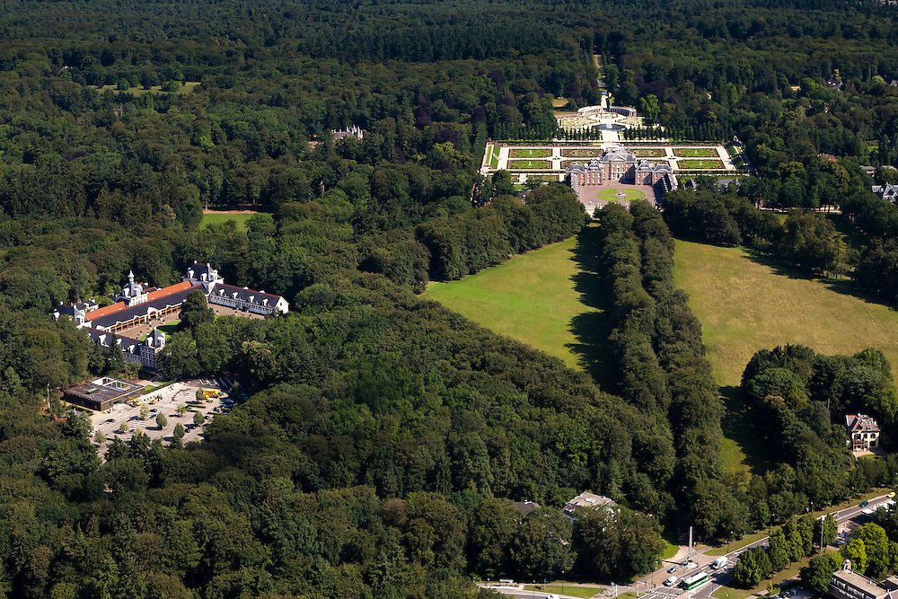 Nederland, Gelderland, Apeldoorn, 30-06-2011; Nationaal Museum Paleis Het Loo. Het voormalige zomerpaleis heeft een formele tuin en tuin het kasteel zijn in classicistische stijl. Het Versaille van Nederland staat op de Unesco werelderfgoedlijst. Links het oude Loo..National Museum Palace Het Loo. The former summer palace has a formal garden and castle gardens in classical style. The Versailles of the Netherlands figures on the UNESCO World Heritage List.luchtfoto (toeslag), aerial photo (additional fee required).copyright foto/photo Siebe Swart