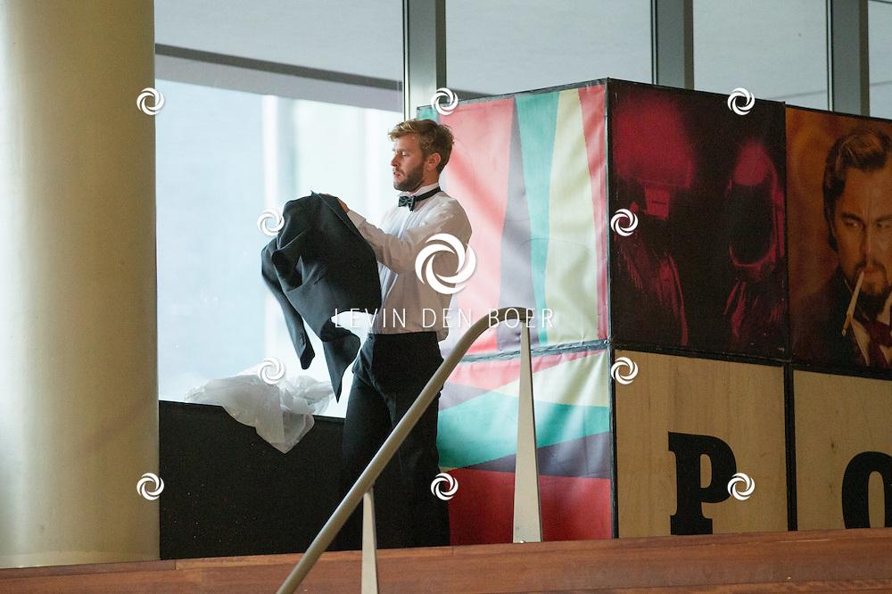 UTRECHT - In TivoliVredenBurg is de filmpremiere van The Paradise Suite. Met hier op de foto Tim den Besten die geen kleedkamer heeft zich zelf staat om te kleden bovenaan de trappen van TivoliVredenburg. FOTO LEVIN DEN BOER - PERSFOTO.NU