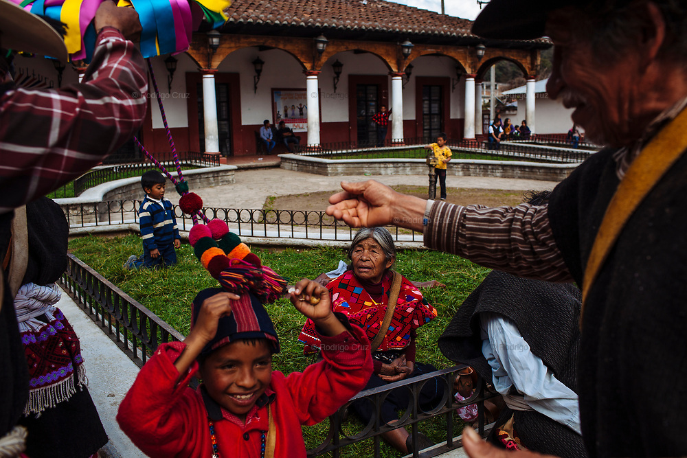 Adultos y niños comparten la fiesta del carnaval en la plaza principal de Tenejapa, Chiapas. La tradición es transmitida a las nuevas generaciones por parte de los habitantes de más edad.