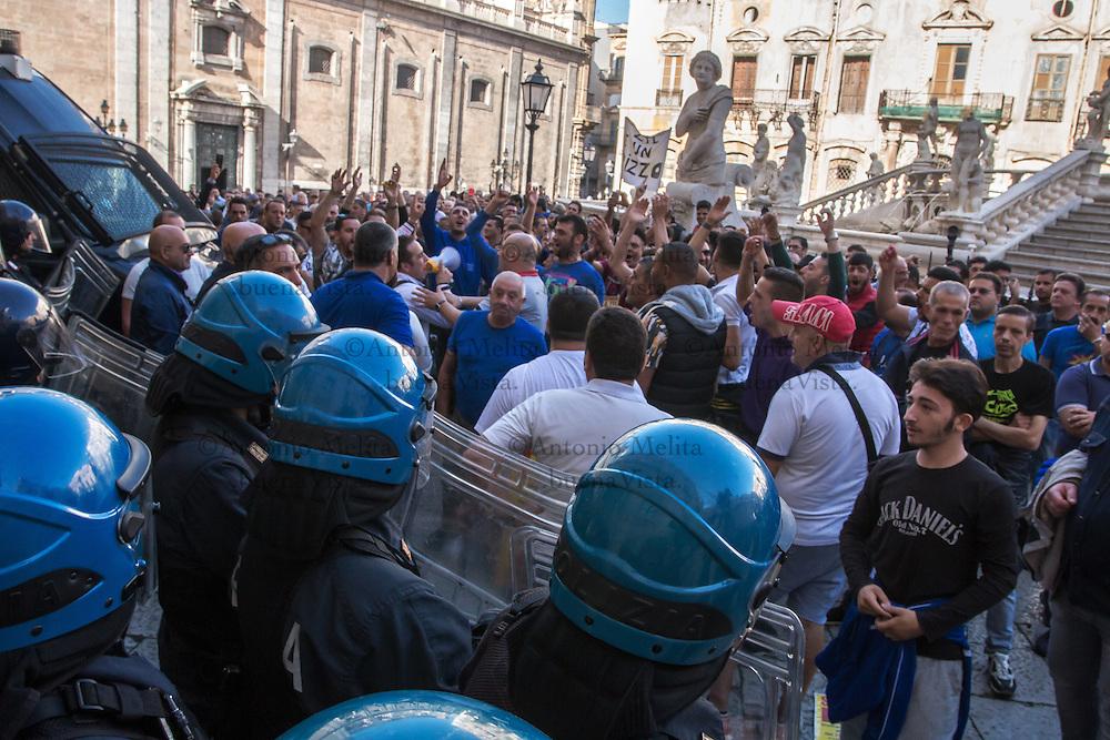 Il corteo giunge in Piazza Pretoria: agenti in antisommossa difendono l'ingresso del palazzo comunale.