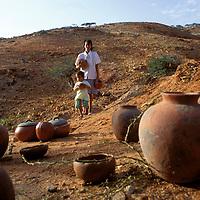 Gente con vasijas de arcilla, Península de Araya, Estado Sucre, Venezuela