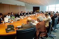 01 JUN 2005, BERLIN/GERMANY:<br /> Uebersicht Kabinettstisch, vor Beginn der Kabinettsitzung, Bundeskanzleramt<br /> IMAGE: 20050601-01-019<br /> KEYWORDS: Übersicht, Kabinettsaal, Saal