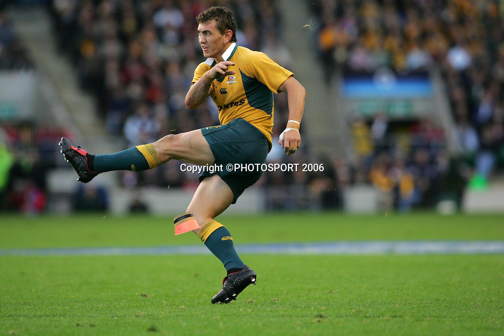 Australia's Mat Rogers kicks a conversion during the international rugby union match between England and Australia at Twickenham, London, England, on 12 December, 2005. Photo: Fotosport/PHOTOSPORT<br /> <br /> 121205 kicking kick place