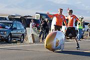 De VeloX3 van het Human Power Team Delft en Amsterdam is net gestart. Het team, bestaande uit studenten van de TU Delft en de VU Amsterdam wi het record breken van 133 km/h. In Battle Mountain (Nevada) wordt ieder jaar de World Human Powered Speed Challenge gehouden. Tijdens deze wedstrijd wordt geprobeerd zo hard mogelijk te fietsen op pure menskracht. Ze halen snelheden tot 133 km/h. De deelnemers bestaan zowel uit teams van universiteiten als uit hobbyisten. Met de gestroomlijnde fietsen willen ze laten zien wat mogelijk is met menskracht. De speciale ligfietsen kunnen gezien worden als de Formule 1 van het fietsen. De kennis die wordt opgedaan wordt ook gebruikt om duurzaam vervoer verder te ontwikkelen.<br /> <br /> The VeloX3 of the Human Power Team Delft and Amsterdam has started. The team, with students of the TU Delft and de VU Amsterdam, wants to set a  new world record. In Battle Mountain (Nevada) each year the World Human Powered Speed Challenge is held. During this race they try to ride on pure manpower as hard as possible. Speeds up to 133 km/h are reached. The participants consist of both teams from universities and from hobbyists. With the sleek bikes they want to show what is possible with human power. The special recumbent bicycles can be seen as the Formula 1 of the bicycle. The knowledge gained is also used to develop sustainable transport.
