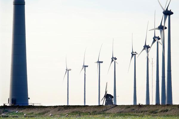 Nederland, Eemshaven, 14-5-2018In het havengebied in noord groningen staan ruim 90 windturbines waarvan de meesten van RWE. Ook een traditionele ouderwetse klassieke molen, de Goliath, staat in het landschap hetgeen een mooi contrast geeft met de moderne versie.FOTO: FLIP FRANSSEN