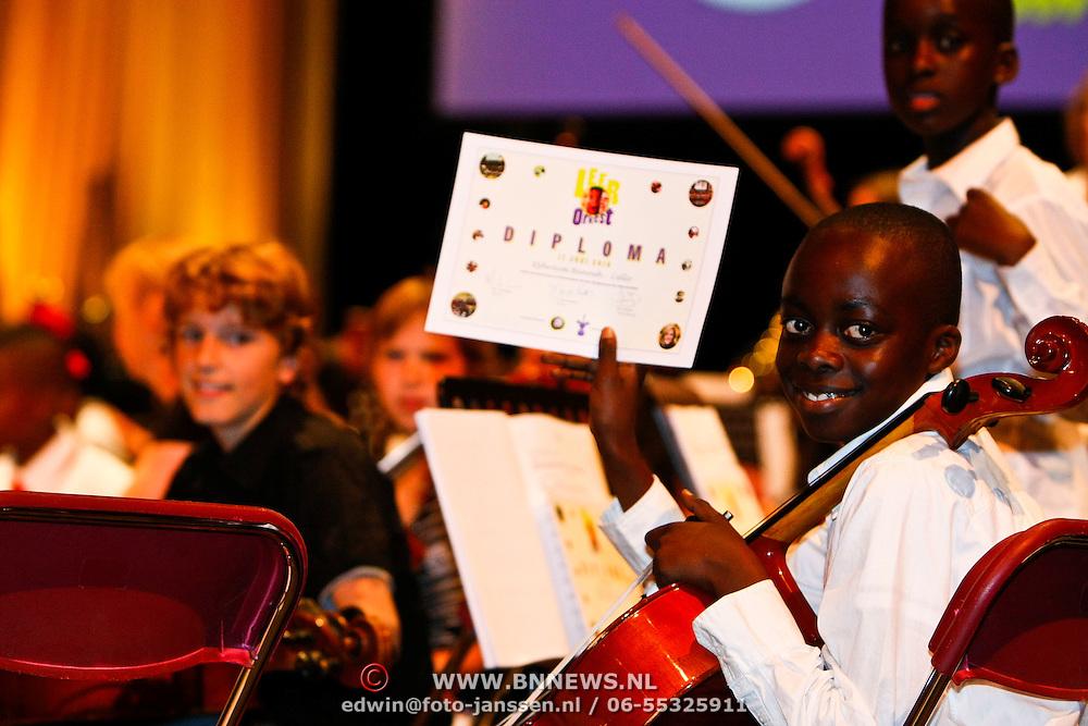 NLD/Amsterdam/20100617 - Prinses Maxima woont concert van het Leerorkest bij in Amsterdam ZO