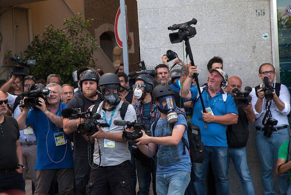 I giornalisti in attesa di eventuali schermaglie tra gli antagonisti e le forze dell'ordine al termine del corteo No G7.