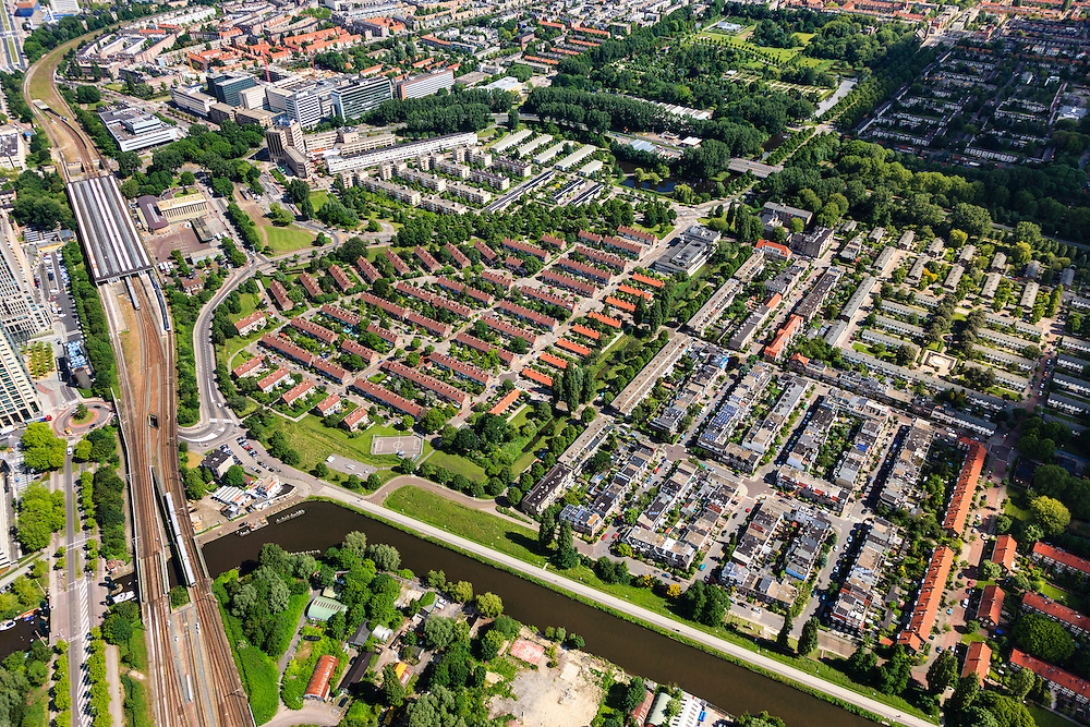 Nederland, Noord-Holland, Amsterdam, 14-06-2012; Watergraafsmeer, met links Amstelstation. In het midden ren rechts daar van Amsteldorp en De Wetbuurt. Frankendaal en Park Frankendael rechtboven..View on the residential district Watergraafsmeer in the east of Amsterdam with railway station Amstelstation..luchtfoto (toeslag), aerial photo (additional fee required).foto/photo Siebe Swart