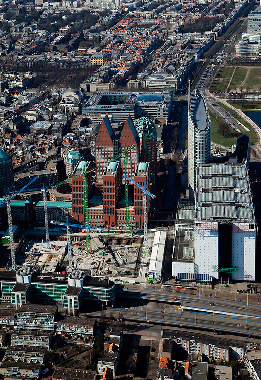 Nederland, Zuid-Holland, Den Haag, 20-03-2009; onder in beeld het Bernhardviaduct met zicht op bouwkranen van de JuBi-bouwput (dubbelministerie Justitie en Binnenlandse zaken), naast het ministerie van VROM. Miden de dubbele torenns van Castalia, bijgenaamd de Haagse Tieten (ministerie VWS) en rechts de Hoftoren (ministerie OCW). View on The Hague. The cranes of the construction site of the two Ministries of Justice and Interior. The blue roofed twin buildings are called The Tits of The Hague, residence of the Ministry of Health. .Swart collectie, luchtfoto (toeslag); Swart Collection, aerial photo (additional fee required); .foto Siebe Swart / photo Siebe Swart