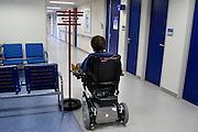 Nederland, Nijmegen, 6-12-2007Een oudere vrouw wacht in het ziekenhuis op haar beurt voor het maken van een mri-scan vanwege problemen met de doorbloeding van een been.Foto: Flip Franssen