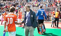 DEN BOSCH - HOCKEY - Teleurstelling bij interim coach van Bloemendaal, Floris Jan Bovelander (m) en Roel Bovendeert, zondag tijdens de beslissende halve finale  hoofdklassehockey tussen de mannen  van Rotterdam en Bloemendaal (2-1). Rotterdam plaatst zich voor de finale tegen Amsterdam. rechts de geblesseerde Teun de Nooijer. FOTO KOEN SUYK
