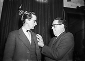 1953 - 14/11/1953 - Noel Browne TD receives a Fainne