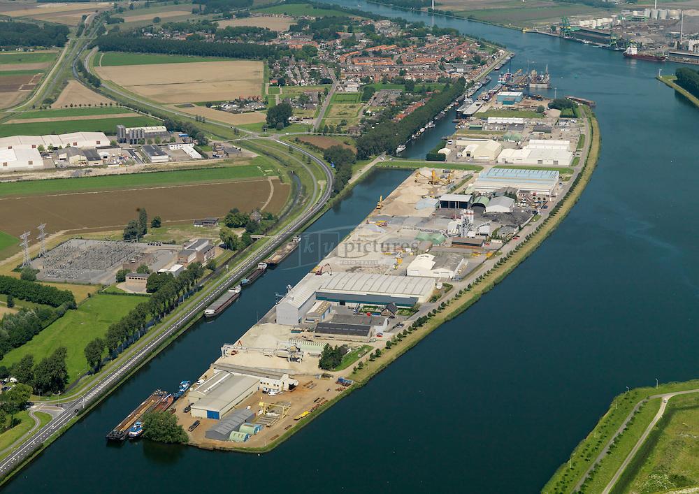20110801 0091 Kanaaleiland in het kanaal van Gent naar Terneuzen bij Sluiskil met bedrijven KWS, scheepswerf de Schroef en H4a.