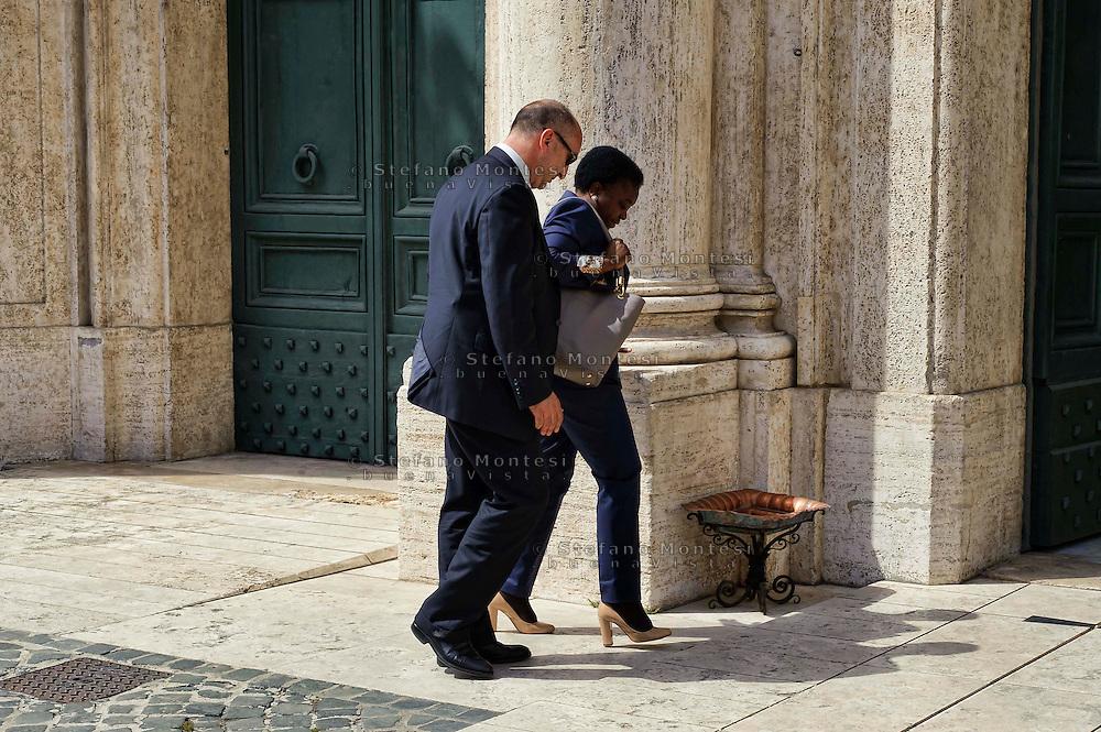 Roma 29 Aprile 2013.Il ministro dell'Integrazione Cecile Kyenge entra alla Camera dei Deputati dove si voto la fiducia al Governo Letta, perde una scarpa e la recupera.