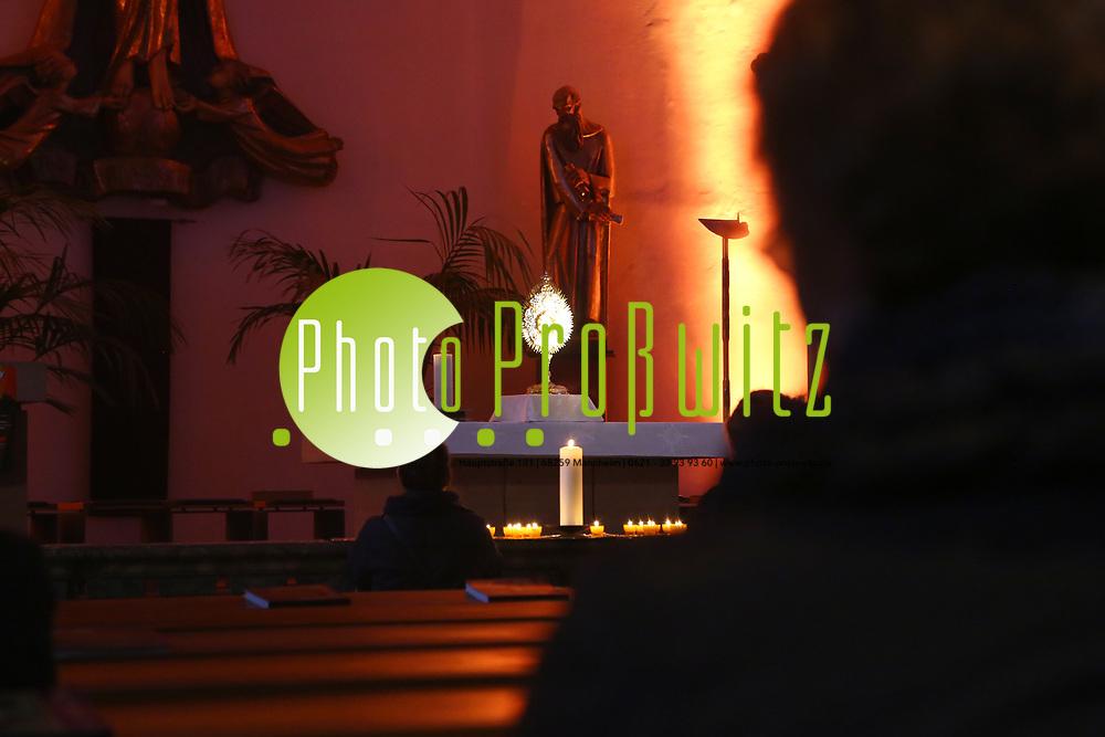 Mannheim. 11.03.17 | BILD- ID 031 |<br /> Innenstadt. Marktplatz. Marktplatzkirche St. Sebastian. Stay &amp; Pray. <br /> Im M&auml;rz startet mit &bdquo;Stay &amp; Pray&ldquo; in der Mannheimer Marktplatzkirche St. Sebastian ein neues Gottesdienstformat in der Quadratestadt. Dieses offene spirituelle Angebot soll Menschen viermal im Jahr  jeweils samstagabends die M&ouml;glichkeit geben, Kirche einmal anders zu erleben. Die Besucher bestimmen, ob sie sich eine kurze oder auch l&auml;ngere Auszeit g&ouml;nnen &ndash; frei nach der biblischen Aufforderung &bdquo;Stay &amp; Pray &ndash; Wachet und betet.&ldquo; (Matth&auml;us 26,41). <br /> <br /> Der &bdquo;Stay &amp; Pray&ldquo;-Abend beginnt mit der Messe in St. Sebastian um 17 Uhr. Anschlie&szlig;end steht die Kirche bis 22 Uhr offen. Zum Abschluss gibt es ein Nachtgebet &ndash; die Komplet &ndash; mit eucharistischem Segen. <br /> <br /> Bild: Markus Prosswitz 11MAR17 / masterpress (Bild ist honorarpflichtig - No Model Release!)