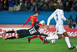 21-06-2010 VOETBAL: FIFA WORLDCUP 2010 SPANJE - HONDURAS: JOHANNESBURG <br />  Cesc Fabregas of Spain vs goalkeeper of Honduras Noel Valladares<br /> ©2010-FRH- NPH/ Vid Ponikva (Netherlands only)