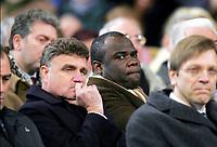 Fotball<br /> Trenerlegenden Raymond Goethals begravelse i Brussel<br /> 13. desember 2004<br /> Foto: Digitalsport<br /> NORWAY ONLY<br /> BASILE BOLI / GEORGE HEYLENS DURING THE RAYMOND GOETHALS'S FUNERAL  IN BRUXELLE