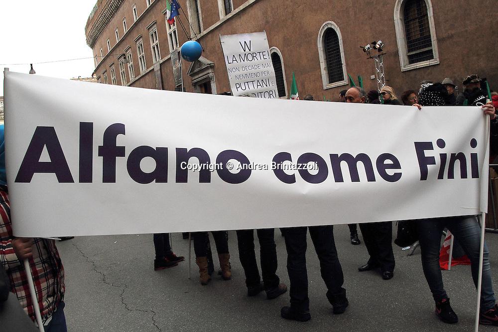 Roma 27 Novembre 2013 Manifestazione Forza Italia a Roma in Via Plebiscito davanti a Palazzo Grazioli  <br /> Nella Foto Sostenitori di Silvio Berlusconi