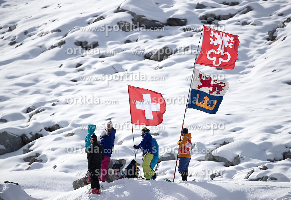 22.10.2016, Rettenbachferner, Soelden, AUT, FIS Weltcup Ski Alpin, Soelden, Riesenslalom, Damen, 2. Durchgang, im Bild Schweizer Fans // Supporters of Switzerland reacts after her 2nd run of ladies Giant Slalom of the FIS Ski Alpine Worldcup opening at the Rettenbachferner in Soelden, Austria on 2016/10/22. EXPA Pictures © 2016, PhotoCredit: EXPA/ Johann Groder