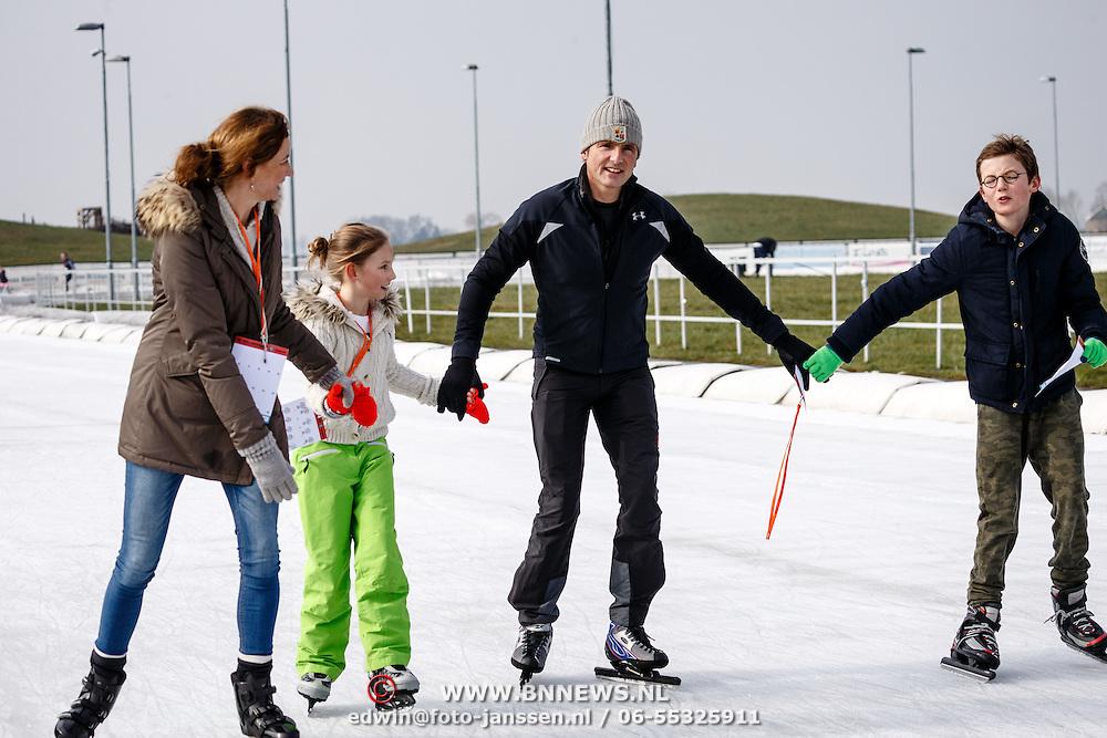 NLD/Biddinghuizen/20160306 - Hollandse 100 Lymphe & Co 2016, Pr. Marilene en partner Pr. Maurits schaatsend hand in hand met dochter Felicia en zoon Lucas