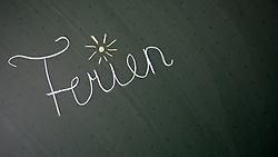 """THEMENBILD - Schulferien, am 04.07.2015 beginnen im Burgenland, Wien und Niederösterreich die Sommerferien. Die restlichen Bundesländer folgen am 11.07.2015. Im Bild der Schriftzug """"Ferien"""" auf einer Schultafel. EXPA Pictures © 2015, PhotoCredit: EXPA/ Jakob Gruber"""
