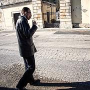 Mohamed devant le cimetière de Sortino, pas loin de Syracuse, où est enterré Bilal